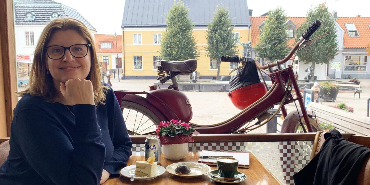 Simona Ahrnstedt låter kärleken blomstra i Laholm